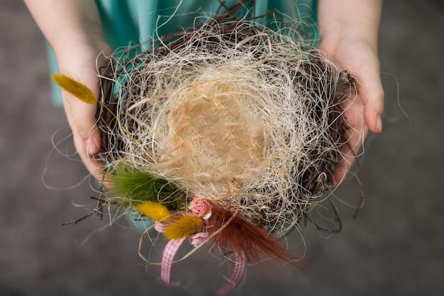 As crianças fazem um ninho para pássaros, ninho para pássaros