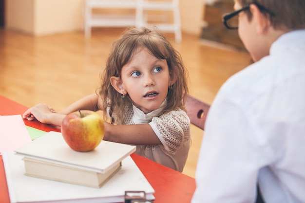 As crianças na escola têm um feliz, curioso, inteligente