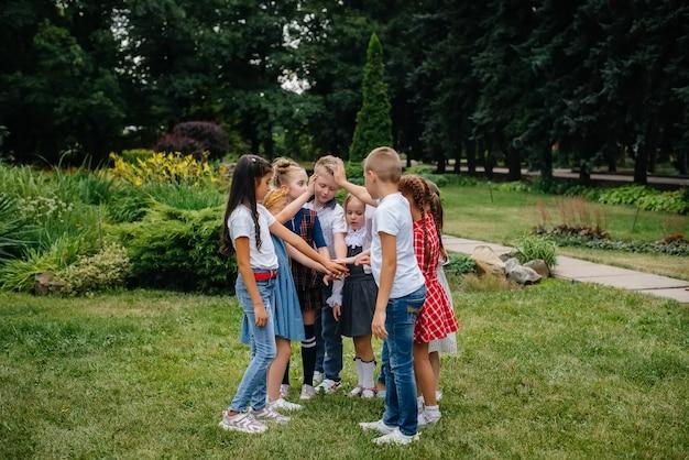 As crianças participam de aulas ao ar livre no parque.