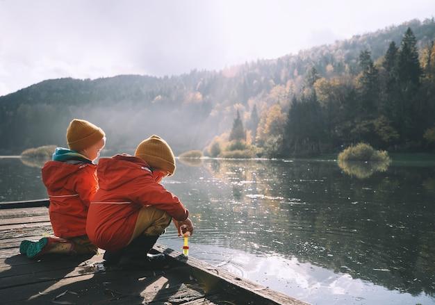 As crianças passam o tempo ao ar livre, ao ar livre e frio. crianças pequenas brincam na natureza. infância saudável