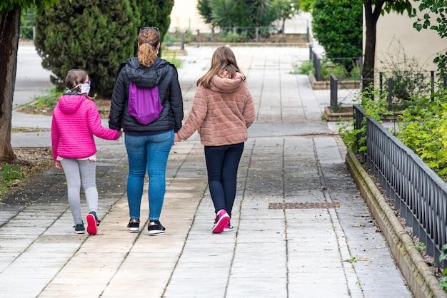 As crianças podem sair de casa acompanhadas por um adulto, mantendo uma distância segura para evitar o contágio