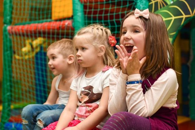 As crianças riem e tristes na festa