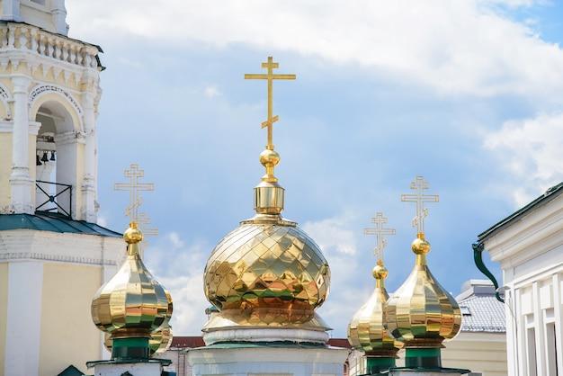 As cúpulas douradas da igreja ortodoxa