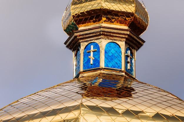 As cúpulas douradas e azuis com cruzes da igreja ortodoxa. foco seletivo.