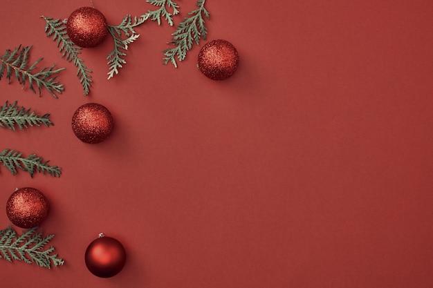 As decorações de natal em fundo vermelho