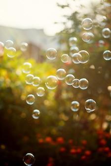 As diferentes bolhas do ventilador da bolha na luz solar. fundo de bolhas.