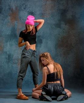 As duas meninas atraentes dançando twerk