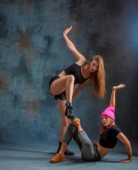 As duas mulheres atraentes dançando twerk