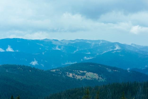 As encostas das montanhas são cobertas com abundante floresta tropical
