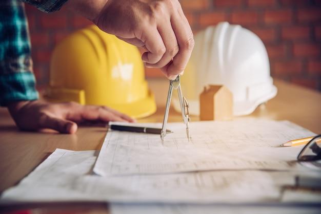 As equipes de engenharia estão reunidas para apresentar e discutir o trabalho de construção projetado e implementado.
