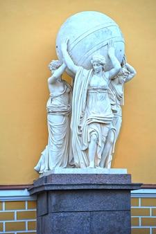 As esculturas no edifício do almirantado principal em são petersburgo, rússia