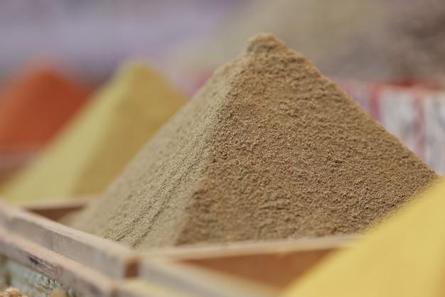 As especiarias estão caindo em forma de pirâmide, close-up