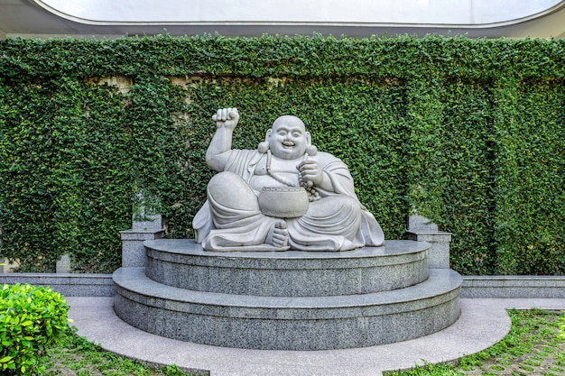 As estátuas de buda rindo de mármore no templo na ilha de batam