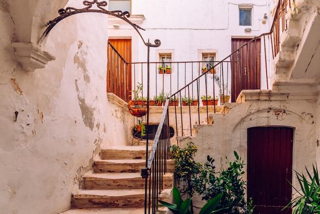 As fachadas de casas mediterrâneas italianas velhas em bari pintaram nas cores.