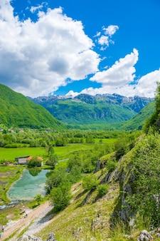 As famosas fontes ali-pasha estão localizadas perto das montanhas prokletije.