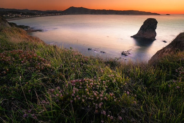 As famosas rochas gêmeas na costa de hendaia, no país basco.