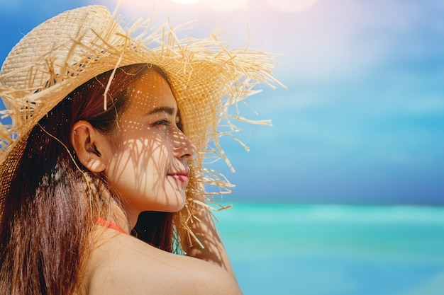 As férias bonitas da liberdade da mulher relaxam no oceano apreciam com luz morna