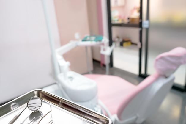 As ferramentas básicas do dentista usam-se para o dentista no escritório ou na clínica.