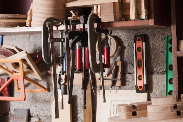 As ferramentas de carpinteiro ou chaveiro estão penduradas na prateleira