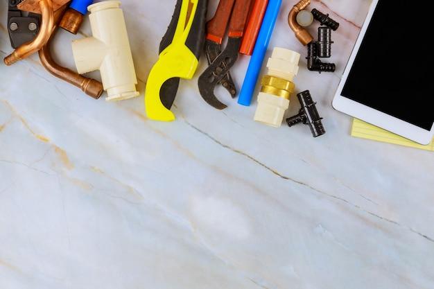 As ferramentas de conjunto necessárias para encanadores foram preparadas pelo artesão antes de reparar os materiais de encanamento