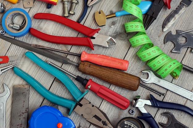 As ferramentas dispersaram no assoalho de madeira, vista superior.
