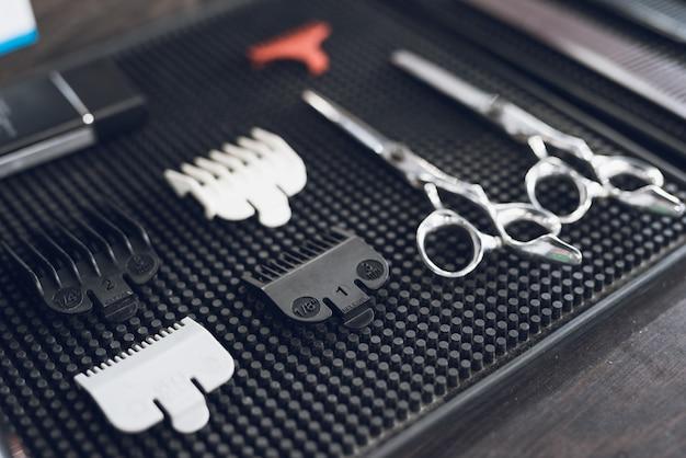 As ferramentas do cabeleireiro na barbearia dos homens.