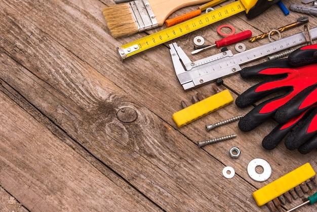 As ferramentas estão empilhadas sobre uma mesa de madeira