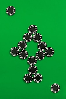 As fichas de poker na parede verde