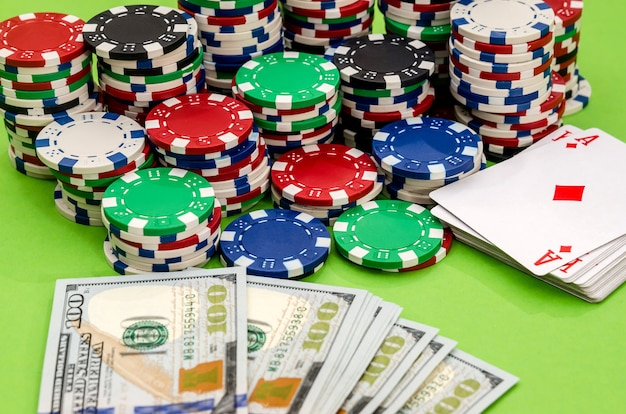 As fichas de pôquer são ace e os dólares estão próximos