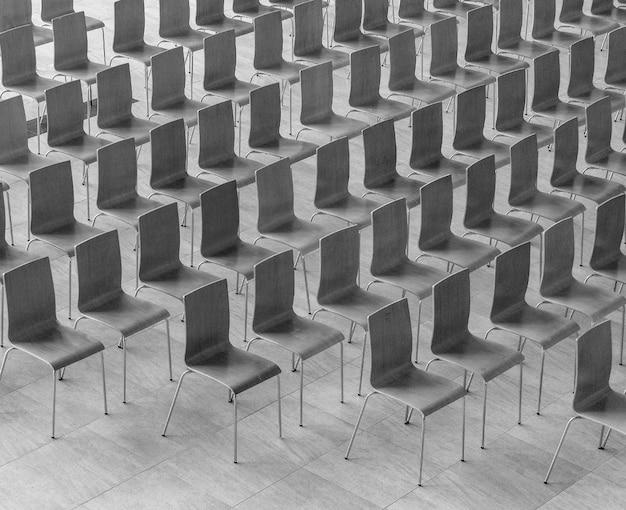 As filas de cadeiras - fundo da reunião.