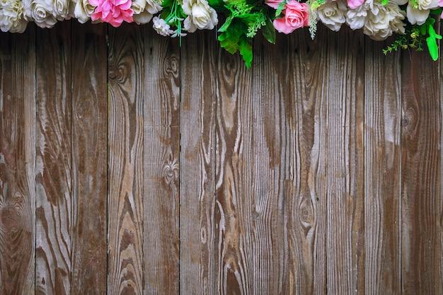 As flores estão no fundo de madeira