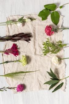 As flores sobre fundo branco de madeira