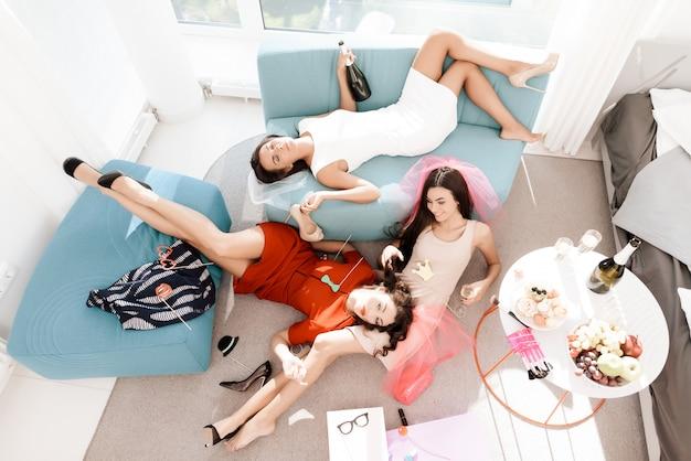 As garotas se divertem muito na despedida de solteira.