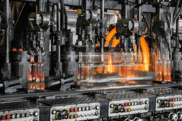 As garrafas de vidro do transportador são pasteurizadas com fogo produção de garrafas de vidro e bebidas