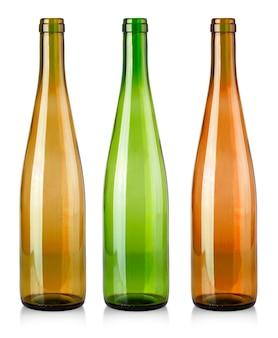 As garrafas vazias coloridas para vinho isoladas no fundo branco