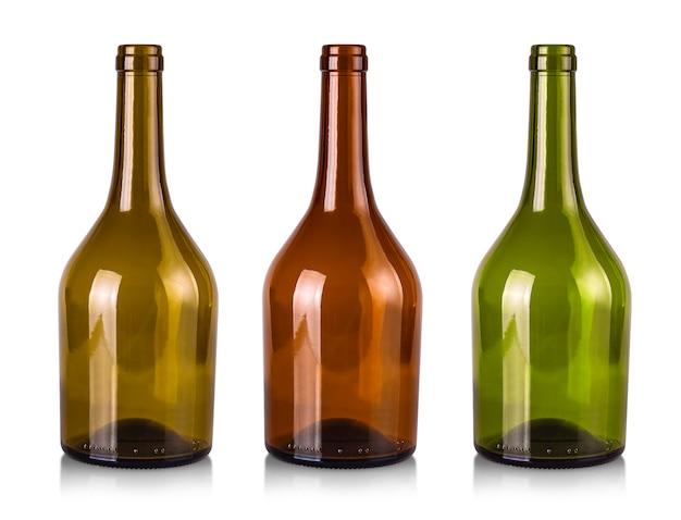 As garrafas vazias de vinho isoladas em um fundo branco