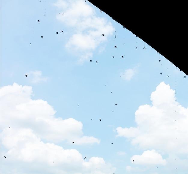 As gotas de chuva caem continuamente do telhado