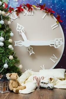 As grandes horas artificiais de ano novo decoradas com enfeites de árvore de natal