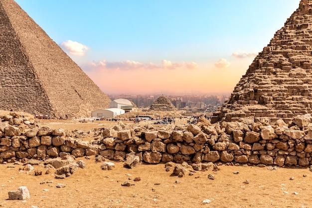 As grandes pirâmides de gizé, vista nas bases.