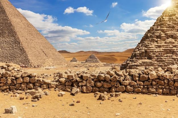 As grandes pirâmides no deserto de gizé, no egito.
