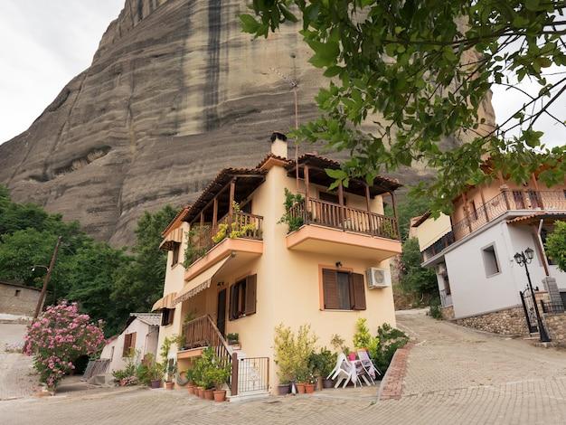 As hospedarias em frente à montanha rochosa permanecem fechadas sem hóspedes devido às restrições da pandemia de covid