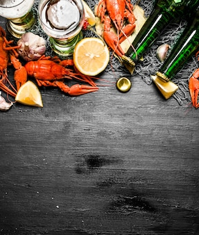 As iguarias da comida. lagosta cozida com cerveja e especiarias. em um quadro negro.