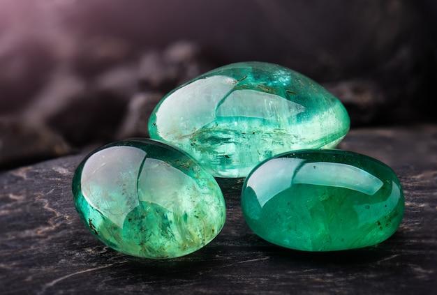 As jóias de pedras preciosas esmeralda.