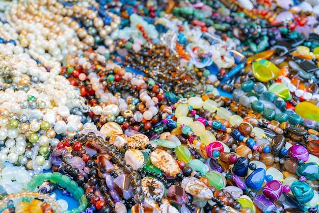 As jóias femininas de pedra são vendidas na loja.
