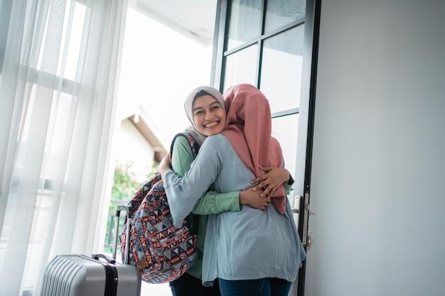 As jovens hijab asiáticas estão felizes em conhecer sua mãe