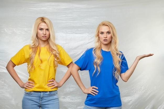 As jovens voluntárias em camisetas amarelas e azuis fazem campanha contra o uso de polietileno e plástico. conceito de reciclagem de resíduos