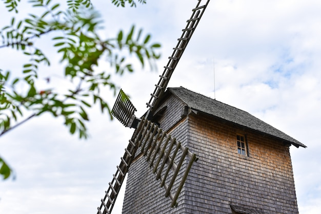 As lâminas de um antigo moinho de madeira