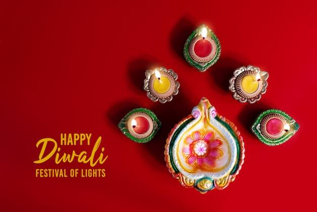 As lâmpadas de clay diya acenderam-se durante a celebração hindu do festival de luzes de dipavali.