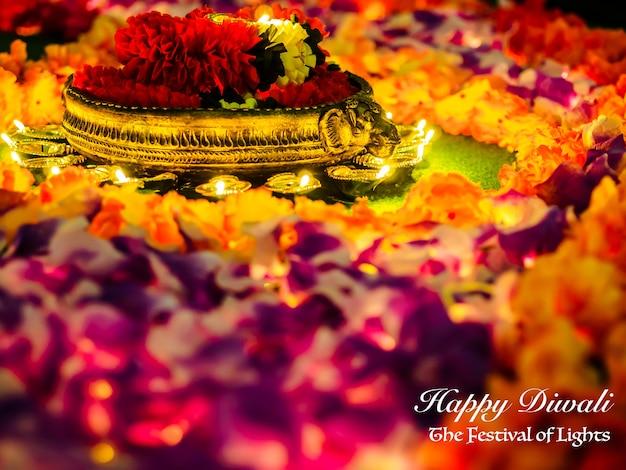 As lâmpadas diya tradicionais da argila iluminaram-se com as flores para a celebração do festival de diwali.