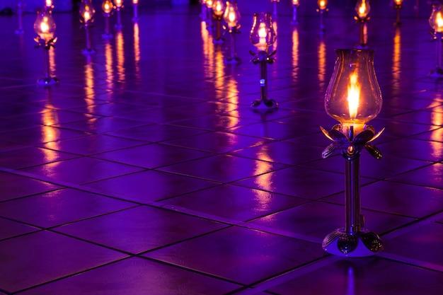 As lâmpadas foram acesas e colocadas no chão.
